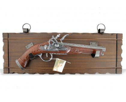 Пистолет старинный кремневый на платформе