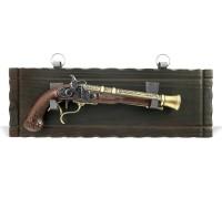 Пистолет старинный на платформе золото